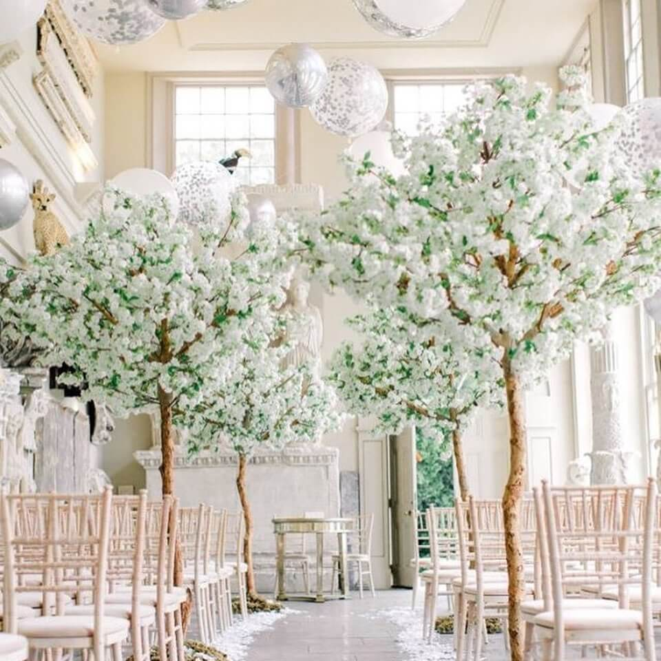 Huge balloons and oversize centerpieces for decoration